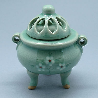 Exquisite Korean inlaid celadon with three legs incense burner flower drawing
