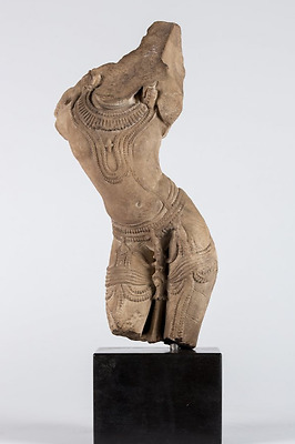 MUSEUM An Apsara dancer sandstone fragment Northern India, 13th century 38,10cm.