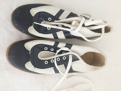 VINTAGE 1970s CHILDS WHITE AND BLUE CANVAS SHOES TRAINERS (13)