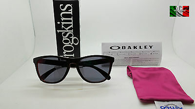 733e0ac8a9 OAKLEY 9013 A7 FROGSKINS occhiale da sole da uomo torch iridium TOP ICON  GIU17