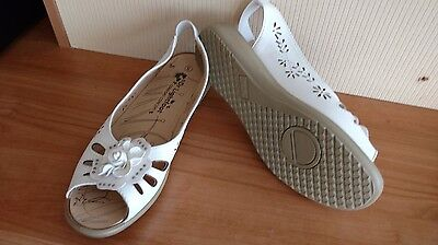 ladies white shoes size 5. brand DR lightfoot. new without box