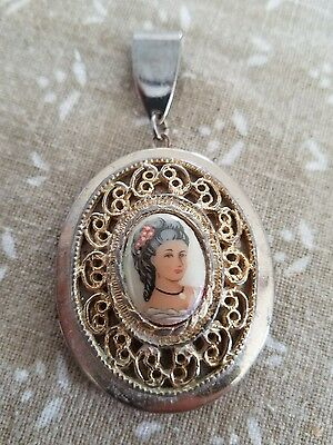 vintage:* ORNATE SILVER TONE CAMEO PICTURE LOCKET