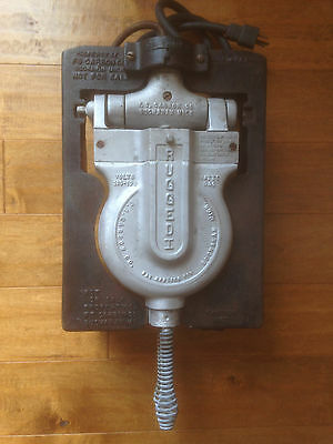 VINTAGE F. S. Carbon Co. Rugged I Cast Iron Industrial Commercial Waffle Maker