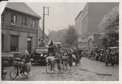 Original Snapshot Photo GERMAN CARS TROOPS BICYCLES in French Town France 1940 2