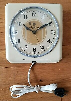 Vintage GENERAL ELECTRIC 2H08 WHITE GE RED DOT Kitchen WALL CLOCK Mid century