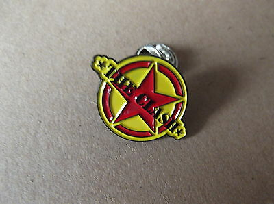THE CLASH small red & yellow PUNK METAL BADGE very limited edition collectable !