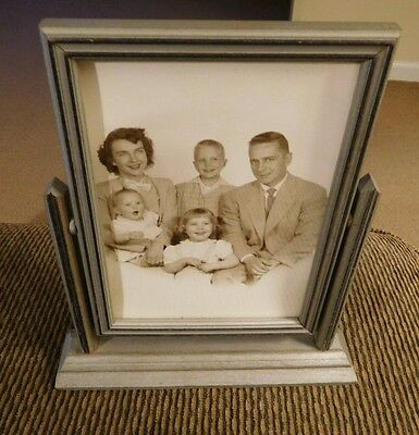 """VINTAGE WOODEN 1930'S TILT STYLE 5"""" x 7"""" PICTURE FRAME WITH B&W PHOTO OF FAMILY"""