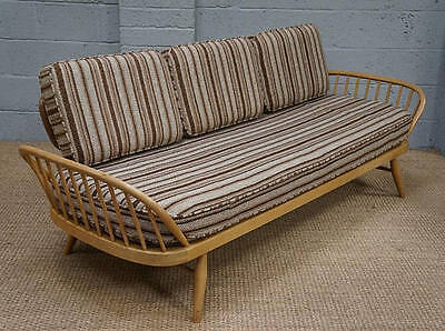 A 20th century Ercol elm day bed / settee.
