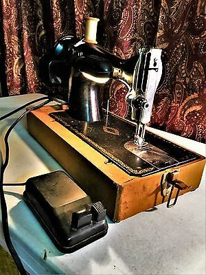 Vintage Singer Sewing Machine AK83147 1950s - With case