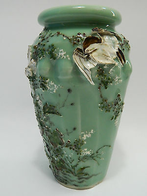 19th Century Japanese Celadon Vase Relief signiert Blindstempel