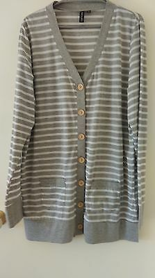 Sz 16/18 Grey and White Long Line Top - NWOT