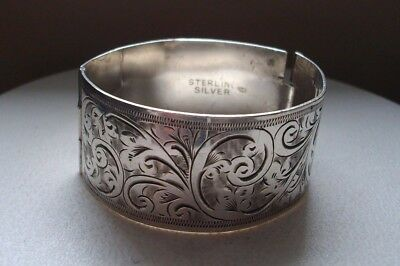A vintage bright cut sterling silver child's snap bangle - weight 34 gms