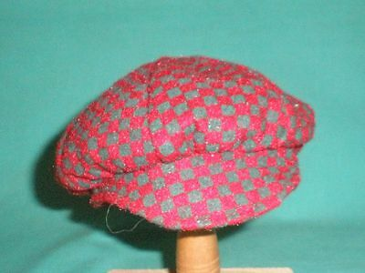 Puppenmütze rot/grün kar. mit Schild/doll cap red/green checked with shield