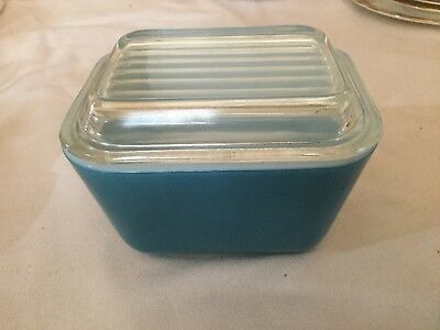 501 B  Pyrex 1 1/2 Cup Refrigerator Dish With Cover