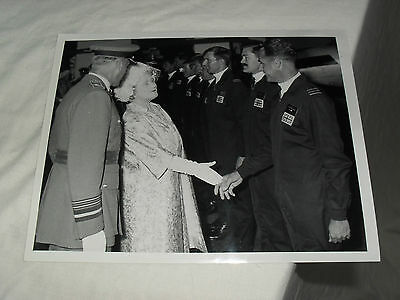 8.5 x 6.5 ROYALTY PRESS PHOTO - QUEEN MOTHER & RAF (3) - MINISTRY DEFENCE