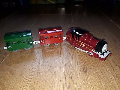 ARTHUR red Trackmaster Thomas + 2 carriages