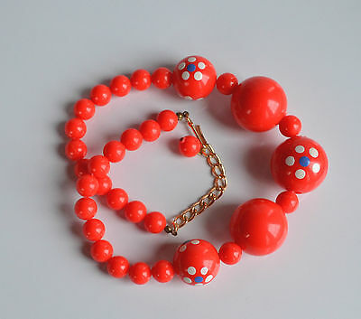 cute VINTAGE 50's fire red plastic beaded graduated necklace hand painted flower