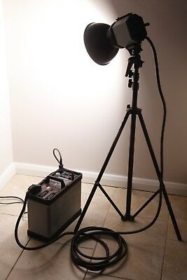 Bowen Traveller 3000G generater pack, 3000GH flash head, shade and stand.