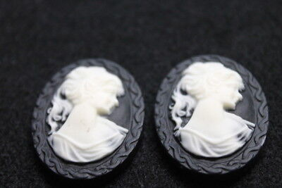 2 Cabochons - Gemme - Kamee - schwarz / weiß - oval - ca. 39 x 30 mm - Resin