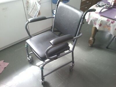 chaise percee roulante