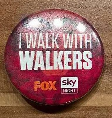 The Walking Dead Button/Pin aus dem Jahr 2015 - Motiv 2 I Walk With Walkers