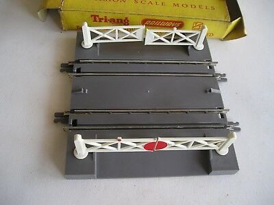 Triang T 29 Level crossing.  Hand operated.   T/T gauge.  Unused and boxed.