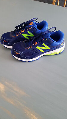 Boys 7w blue New Balance 680v3 sneakers in slightly used condition