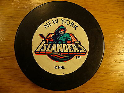 NHL New York Islanders 90's Fisherman Logo Late Trench Hockey Puck Collect Pucks
