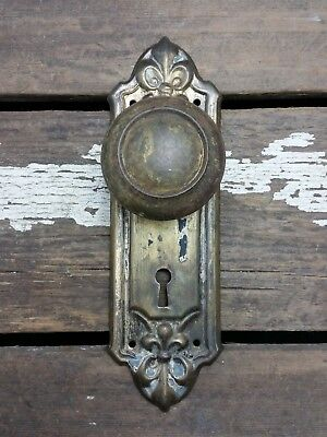 VTG Antique Old Rustic Door Knob & FANCY Shabby FLEUR de LIS Metal Backplate