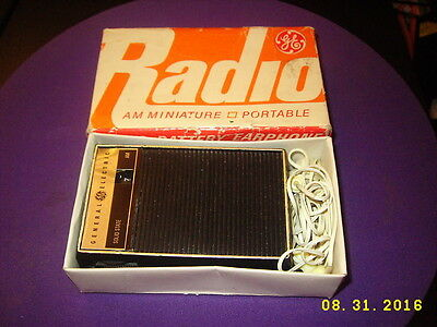 Vintage GE P2790 Miniature Portable AM RADIO W/Box Works!! and Earphone
