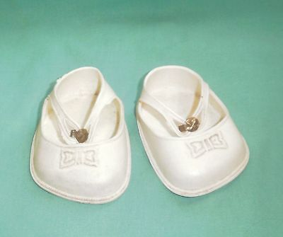 Puppenschuhe weiss Kunststoff 9 cm/pair of doll shoes white/1950s