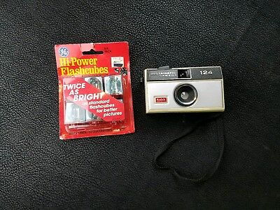 VINTAGE KODAK INSTAMATIC 124 COLOR OUTFIT CAMERA w/ 6 Pack Cube Flashes Unopened