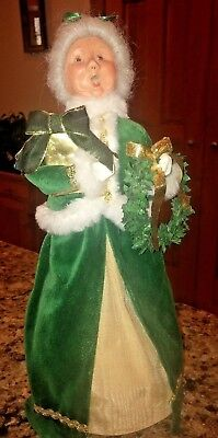 2007 Byers Choice Irish Mrs. Santa Claus Carry Wreath & Christmas Gift
