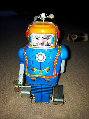 Vintage  Clockwork Wind Up Tinplate Walking Robot With Head Spinner.BOXED!!!