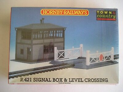 Hornby R.421 Signal box and Level Crossing.  New and boxed.