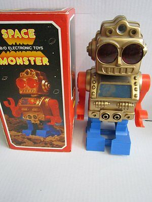Space Toy Roboter Space Monster B/O Electronic Toys 23 cm 70er 80er OVP