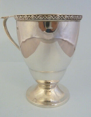 Plata Maciza Taza Pedestal Pie. Walker & Hall, Sheffield 1925. c132g