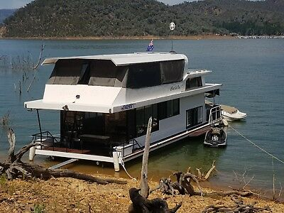Houseboat Lake Eildon Vic Sleeps 8 in real Beds Solar Pwr & Permit SEE VIDEO