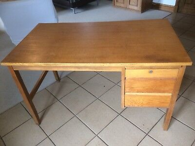 An Attractive Vintage Midcentury Oak Desk 1950/60s. Stylish And Fashionable.