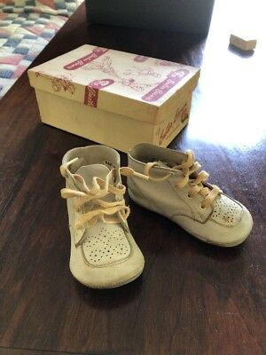 Vintage Buster Brown childrens baby shoes white leather with bells in orig. box!