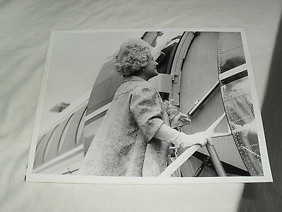 8.5 x 6.5 ROYALTY PRESS PHOTO - QUEEN MOTHER BOARDING PLANE - MINISTRY DEFENCE