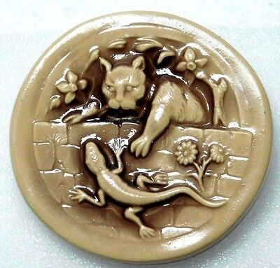 X-LARGE COLLECTIBLE Button CAT Grabbing a Lizard Over the Fence1 & 15/16
