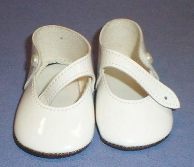 Puppenschuhe aus Kunstleder weiss 8,1 cm/pair of doll shoes pat. leath. imit.