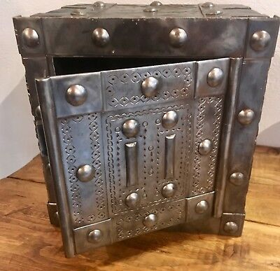 Italian hobnail antique safe, circa 1840, perfectly working in great condition