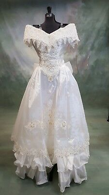 Beautiful vintage white Mary's bridal gown, size 10 fits like a 6. Ruffles, bow