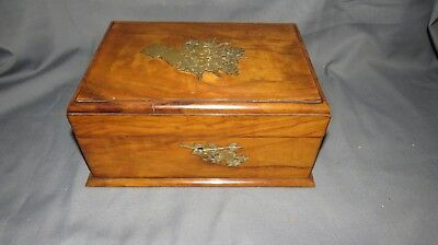 AN ATTRACTIVE 19th CENTURY VICTORIAN WALNUT SEWING/JEWELLERY BOX