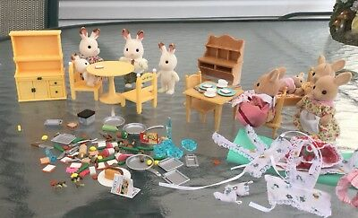 8 Calico Critters Lots Of Food, Utensils, Tables,chairs,bed,