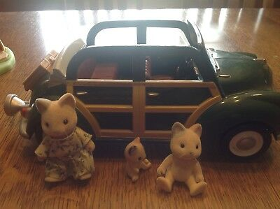 calico critters car with 3 cat figurines
