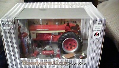Restoration Tractor Farmall 460 and Accessories 1/18 Die cast New