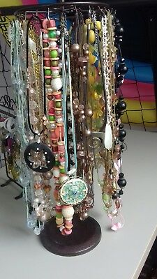gros lot 25 colliers fantaisie femme + support tournant + support boucle oreille